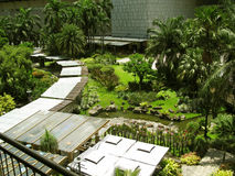 Parque de ocio, alameda de la zona verde, Makati, Filipinas Imagen de archivo libre de regalías