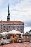 Parque de ocio Egle y bóveda de la iglesia de San Pedro en Riga Imágenes de archivo libres de regalías