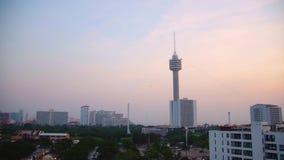 Parque de Pattaya con los tejados en la puesta del sol almacen de metraje de vídeo