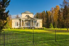Parque de Pavlovsk en otoño Foto de archivo libre de regalías