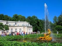 Parque de Peterhof, Rusia, fuente el Tritón, gente fotos de archivo libres de regalías