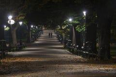 Parque de Planty durante la noche en Kraków, Polonia Foto de archivo