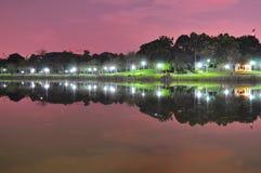 Parque de Punggol con reflexiones por noche Imagen de archivo libre de regalías