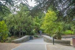 Parque de Queenstown en verano con la estatua imagen de archivo libre de regalías