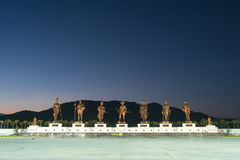 Parque de Ratchapak y las estatuas de siete reyes tailandeses anteriores Foto de archivo libre de regalías