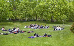 Parque de San Jaime, gente que descansa sobre la hierba Fotografía de archivo libre de regalías