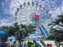 Parque de Santorini, parques temáticos y parques de atracciones griegos interesantes en Tailandia La rueda de ferris colorida foto de archivo