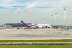 Parque de Thai Airways Airbus A350-900 para cargar imagenes de archivo