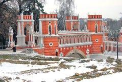 Parque de Tsaritsyno en Moscú Puente viejo Cubiertas de nieve blancas la tierra imagenes de archivo