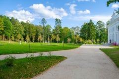 Parque de Uzutrakis por E f André na península de Galves e de lago Skaistis perto de Trakai Imagens de Stock Royalty Free