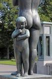 Parque de Vigeland, Oslo, Noruega, chica joven que se coloca con su madre Imagenes de archivo