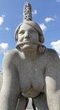 Parque de Vigeland, Oslo, Noruega, mujer que se coloca en todos los fours Imágenes de archivo libres de regalías