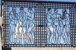 Parque de Vigeland, Oslo, Noruega, puerta del hierro con los hombres que hablan Imagen de archivo libre de regalías