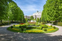 Parque de Volksgarten e teatro do Burg, Viena, Áustria fotografia de stock