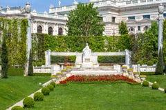 Parque de Volksgarten en el centro de Viena, Austria imagenes de archivo