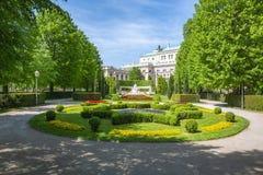 Parque de Volksgarten y teatro del Burg, Viena, Austria fotografía de archivo