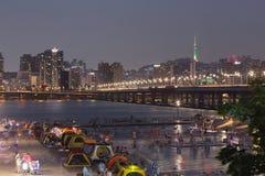 Parque de Yeouido Hangang na noite no verão em Seoul, Coreia do Sul imagens de stock