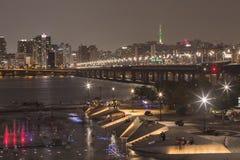 Parque de Yeouido Hangang na noite no verão em Seoul, Coreia do Sul imagens de stock royalty free