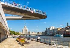 Parque de Zaryadye cerca de Moscú el Kremlin, Rusia Fotografía de archivo