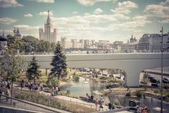 Parque de Zaryadye con el puente de flotación en Moscú, Rusia imagen de archivo libre de regalías