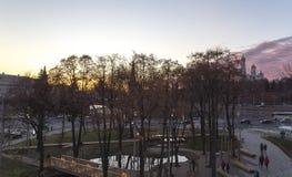 Parque de Zaryadye en la noche -- el parque urbano localizó cerca de Plaza Roja en Moscú, Rusia El parque de Zaryadye es el prime Imagen de archivo