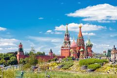 Parque de Zaryadye que negligencia o Kremlin de Moscou imagens de stock royalty free