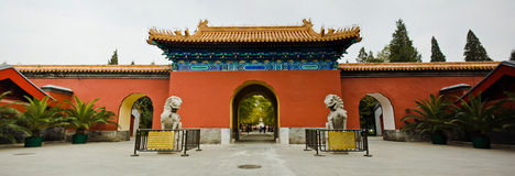 Parque de Zhongshan: Puerta y leones chinos Imagenes de archivo
