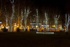 Parque de Zrinjevac adornado por las luces de la Navidad Imagenes de archivo