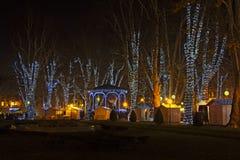 Parque de Zrinjevac adornado por las luces de la Navidad Imagen de archivo libre de regalías