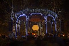 Parque de Zrinjevac adornado por las luces de la Navidad como parte del advenimiento i Fotos de archivo