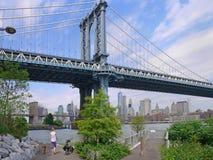 parque debajo de los puentes de Manhattan y de Brooklyn Imágenes de archivo libres de regalías