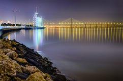 Parque del área de las naciones en Lisboa en la noche imagenes de archivo