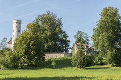 """Parque del †del castillo de Lichtenstein """"con la vista del castillo y de la torre del homenaje Imágenes de archivo libres de regalías"""