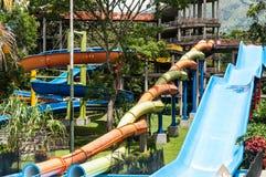 Parque del agua, área de piscina con las diapositivas Imagen de archivo libre de regalías
