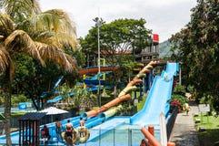Parque del agua, área de piscina con las diapositivas Fotografía de archivo libre de regalías