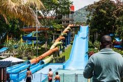Parque del agua, área de piscina con las diapositivas Imágenes de archivo libres de regalías