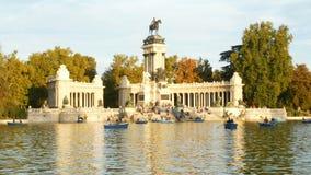 Parque del Buen Retiro Turistas disfrutando de barcos en Madrid España almacen de metraje de vídeo