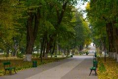 Parque del callejón con los bancos Fotografía de archivo