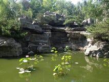 Parque del estilo chino con la charca Fotos de archivo