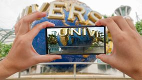 Parque del estudio universal, Singapur - 3 de noviembre de 2016: Cinemagraph de tomar la foto móvil del globo giratorio delante d metrajes