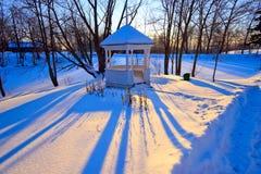 Parque del invierno en la puesta del sol Fotografía de archivo libre de regalías