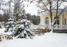 Parque del invierno, mansión Fotos de archivo libres de regalías