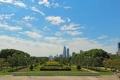 Parque del milenio y un horizonte parcial de Chicago Fotos de archivo