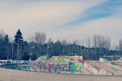 Parque del monopatín con las paredes de la pintada Imágenes de archivo libres de regalías