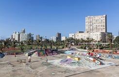 Parque del monopatín en la milla de oro de Durban frente al mar Foto de archivo libre de regalías