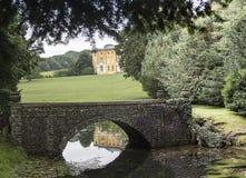 Parque del oeste de Wycombe reflejado en el lago Fotos de archivo