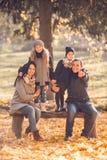 Parque del otoño del paseo Foto de archivo libre de regalías