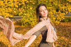 Parque del otoño y un brunette hermoso. Foto de archivo libre de regalías