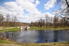 Parque del palacio en Gatchina foto de archivo