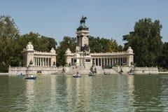 Parque del Retiro i en solig dag i Madrid royaltyfri bild